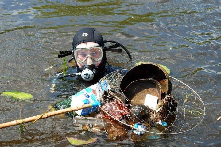 Очищение водоемов людьми