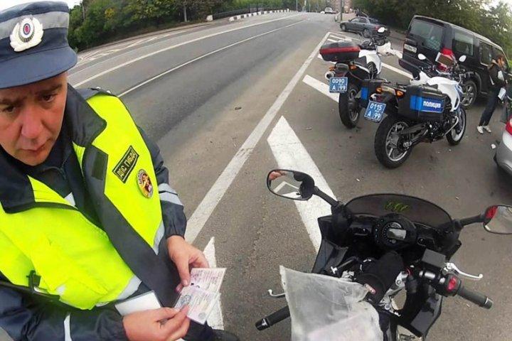 мотобат ловит мотоциклистов